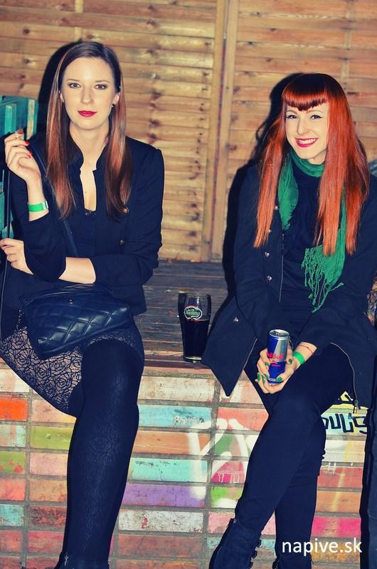 Dievčatá pred Bateliérom na Továrenskej ulici